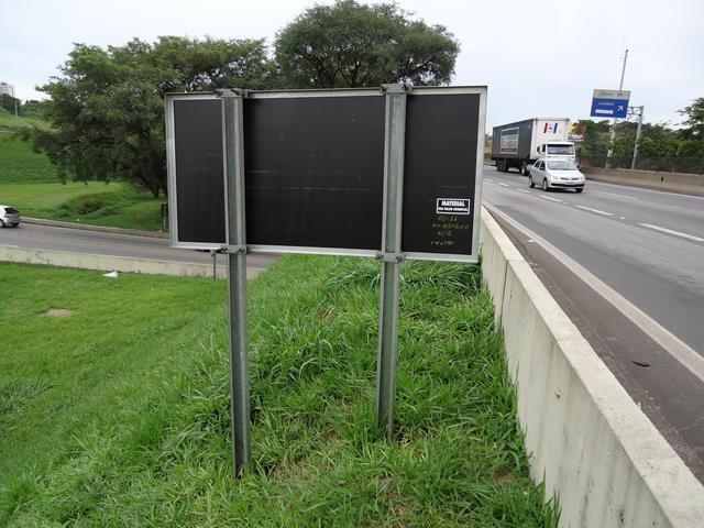 Fixação de placas de trânsito